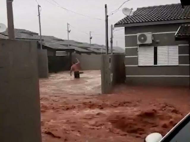 Rio de lama no meio do condomínio na Avenida Guaicurus (Reprodução/Direto das Ruas)