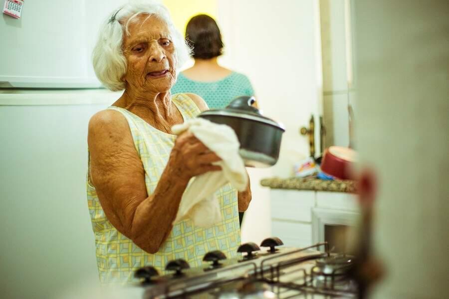 Maria preparando a comida. (Foto: Stephanie Gomes)