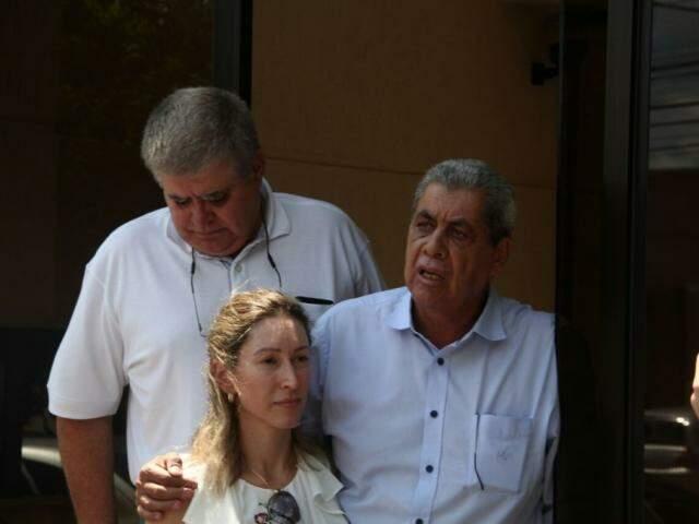 Puccinelli ao lado da filha e do deputado Carlos Marun, depois que deixou a prisão. (Foto: Marcos Ermínio/Arquivo).