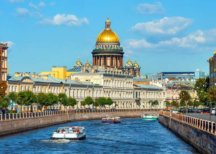 Os canais com os passeios de barco são uma boa maneira de conhecer a cidade de São Petersburgo (Foto: Divulgação)