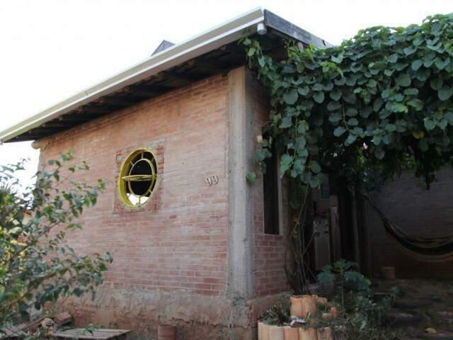 A fachada da casa, ainda em progresso. O vidro da janela ainda não foi colocado.  (Foto: João Paulo Gonçalves)