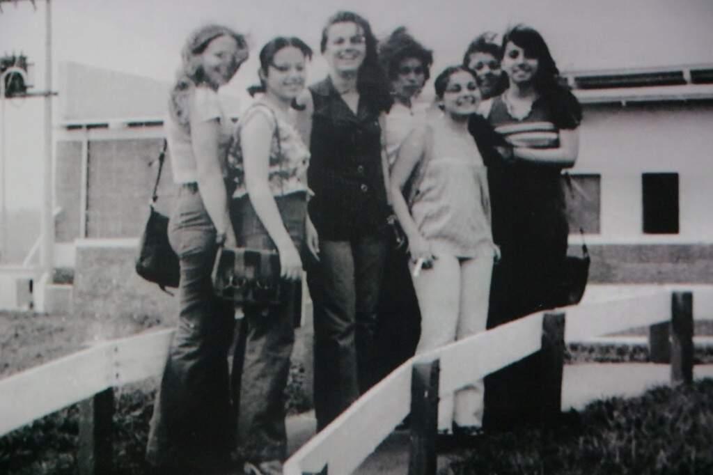 Nostálgica, Shirley guarda as fotografias do último ano de Ensino Médio (Foto: Arquivo pessoal)