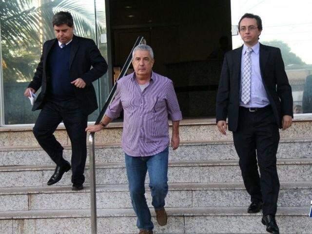João Amorim (ao centro) ao deixar a sede Polícia Federal durante operação Lama Asfáltica. (Foto: Arquivo )
