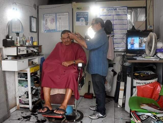 Volta ao tempo mesmo é sentar num salãozinho estreito na 26 de Agosto para cortar o cabelo e ouvir histórias. (Foto: Roberto Higa)