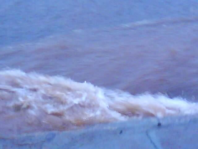 Água chegou à altura da calçada. (foto: Dj Benister Jr/Repórter News)