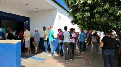 Os clientes ficam até uma hora no sol esperando atendimento. (Foto: Divulgação/ MPF)