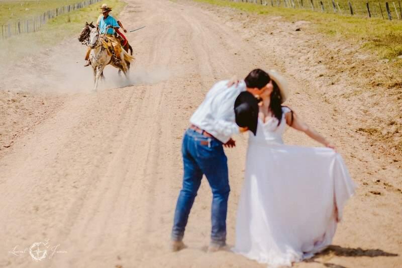 Com cavaleiro de fundo, casal posou para beijo em em meio à estrada boiadeira. (Foto: Lusival Junior)
