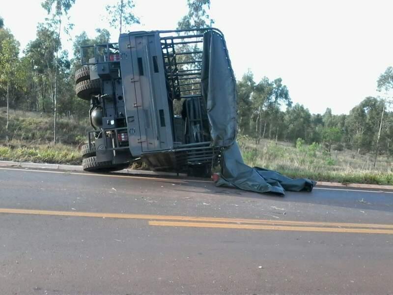 Caminhão ficou tombado na pista. (Foto: Repórter News)