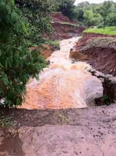 Chuva faz aumentar erosão e entope lago no Rádio Clube