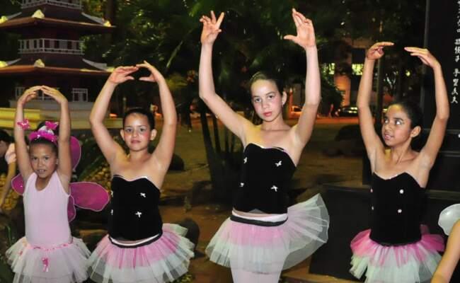 Bailarinas do bairro Canguru, em pose para foto. (Foto: João Garrigó)