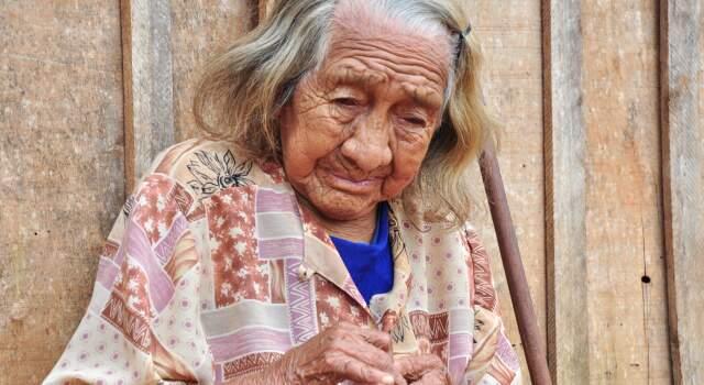 """""""Quando eu contei ela chorou, disse que queria ver o corpo..."""". Preciosidade da terra, a índia, avó de Nísio tem 105 anos. (Foto: João Garrigó)"""
