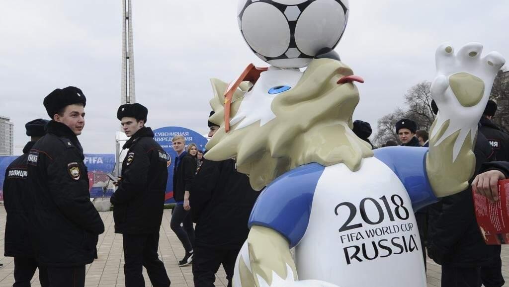 """Criada para a Copa, a """"polícia turística"""", toda de preto, tem o objetivo de melhor a imagem de durões ostentada com orgulho pelos policiais russos (Foto: REUTERS/Sergey Pivovarov)"""