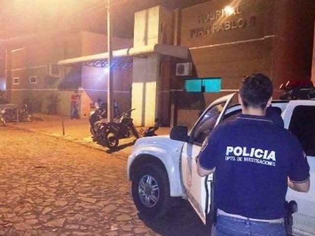 Policial na frente do hospital para onde a vítima foi levada. (Foto: Porã News)