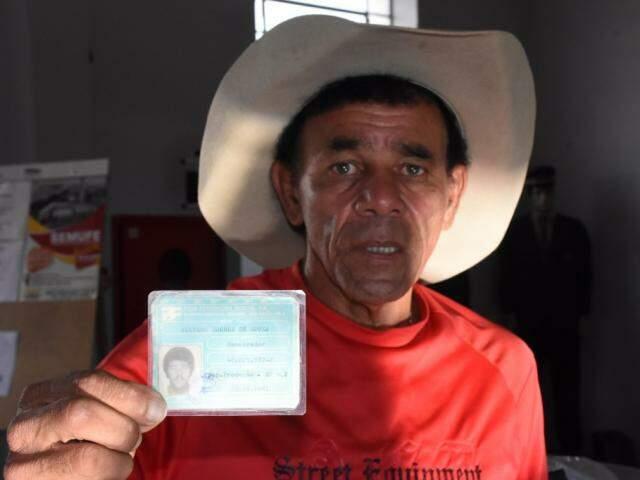 """Nelson guarda a carteira, como """"prova"""" de que trabalhou na ferrovia (Foto: Roberto Higa)"""