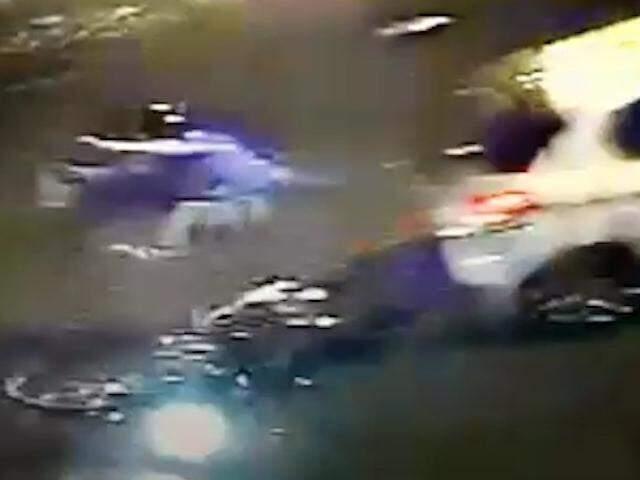 Apesar da pancada forte, o motociclista sofreu ferimento leve no rosto e não precisou de atendimento médico (Foto: reprodução/vídeo)