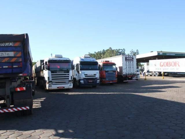Caminhões parados ontem em posto de combustível de Campo Grande (Foto: Saul Schramm)