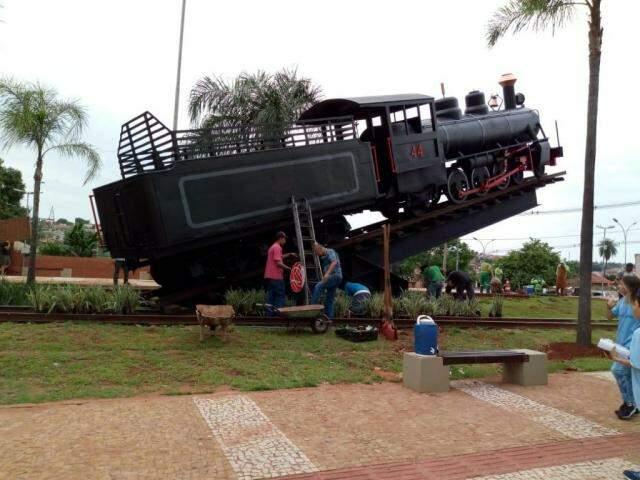 Locomotiva foi instalada na madrugada de quarta-feira. (Foto: Assessoria/PMCG)