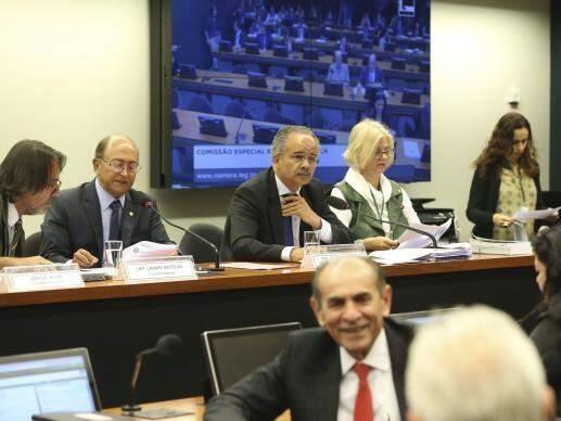 Comissão especial vota o relatório do deputado (Foto: Vicente CândidoValter Campanato/Agência Brasil)