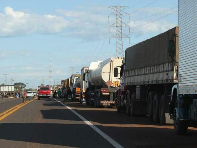 Caminhões, à direita, parados em rodovias de MS durante a paralisação de maio. (Foto: Saul Schramm/Arquivo).