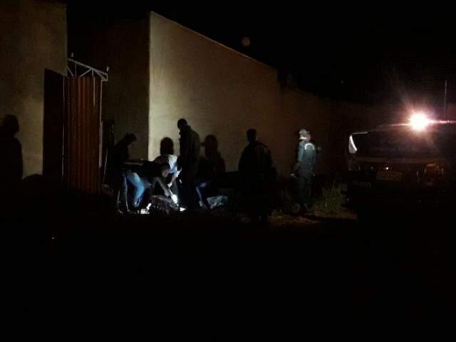 Peritos durante os levantamentos no local onde o corpo foi encontrado. (Foto: Jovemsulnews)