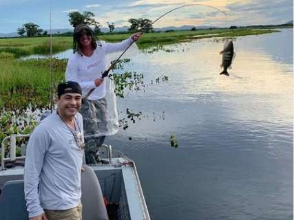 """Zezé Di Camargo e Graciele repetem viagem ao Pantanal para """"descansar e namorar"""""""