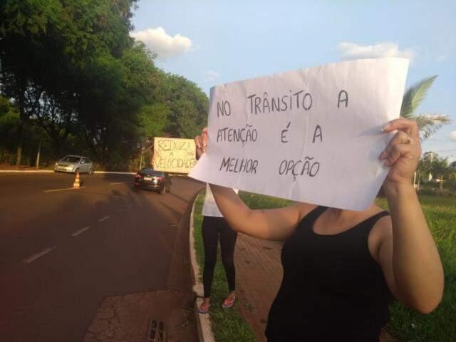 Moradores produziram cartazes para chamar atenção de motoristas. (Foto: Direto das Ruas)