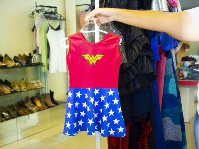 Tem o vestidinho da Mulher Maravilha para as meninas (Foto: Divulgação)