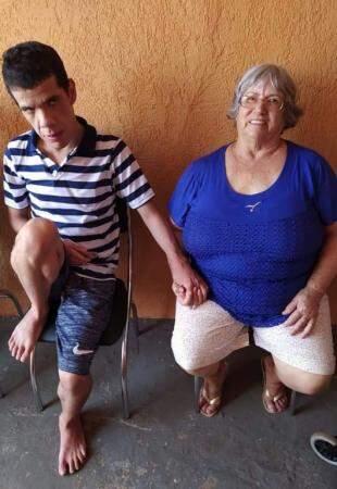 """Marco, o menino autista, e a """"avó"""", dona Edite."""