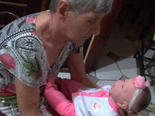 Carolina olhando para a boneca Fátima (Foto: Arquivo pessoal)