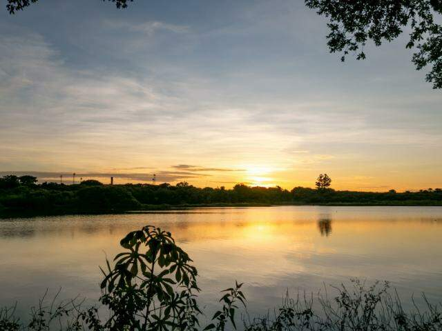 Nascer do sol na região do Lago do Amor, em Campo Grande. (Foto: Henrique Kawaminami)