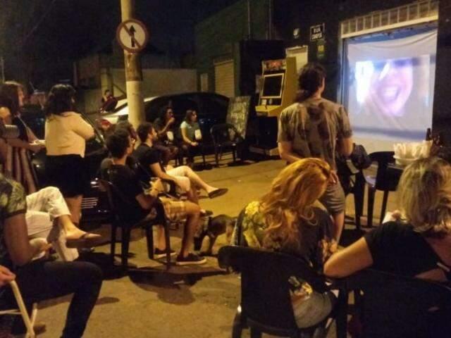 Exibição de um filme pelo Cineclube TransCine (Foto: Mariana Sena)