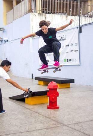 Edduarda Grego durante uma manobra de skate (Foto: Elio Angelo)