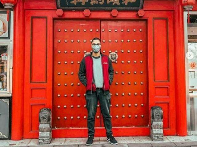 Em publicação nas redes sociais, jovem aparece de máscara em Pequim. (Foto: Reprodução Instagram)