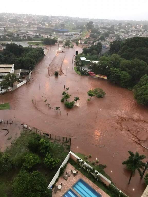 Rotatória foi engolida pela água na Rachid Neder. (Foto: Direto das Ruas)