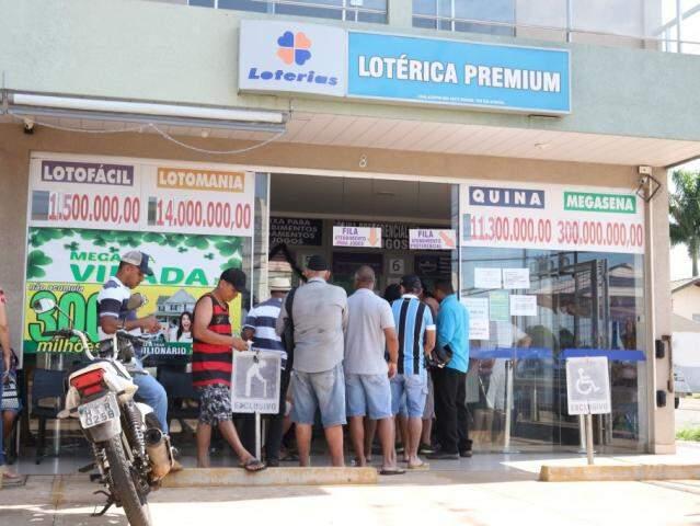 Fila de apostadores em dia de sorteio da Mega-Sena. (Foto: Marcos Maluf)