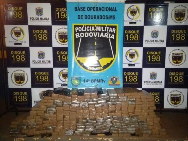Tabletes de maconha encontrados no veículo. (Foto: Divulgação/PMR)