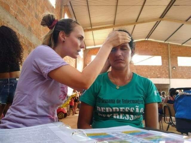 Joanna Cruzetta realizando a terapia integrativa de SNT para ajudar a cliente (Foto: Arquivo Pessoal)