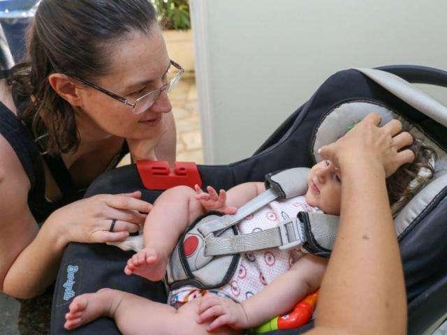 Com sementinhas, Noemi relaxa e estimula pontos na acupuntura desde bebê