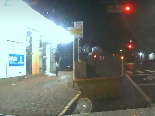 Ladrão deixando, tranquilamente, farmácia após furtar produtos do local (Foto: Reprodução/Direto das Ruas)