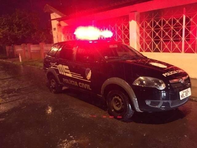Viatura da Polícia Civil em frente a casa onde ocorreu o caso. (Foto: Aletheya Alves)