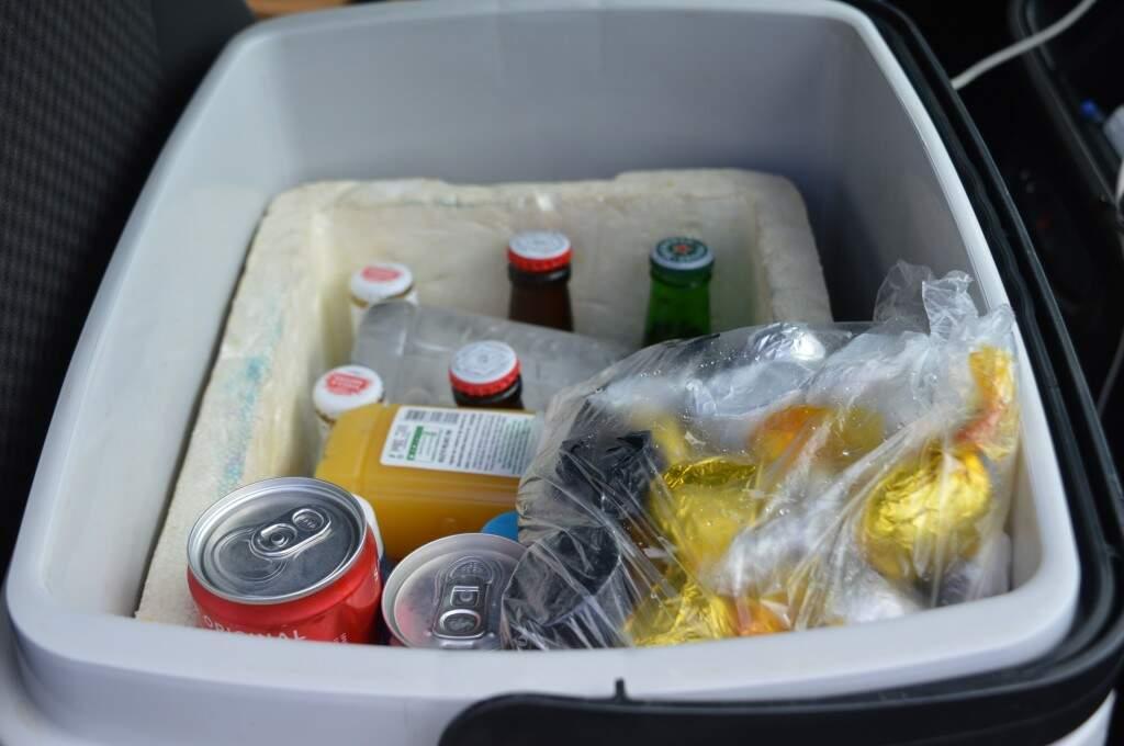 Os produtos ficam dentro da caixa térmica para não estragarem (Foto: Alana Portela)