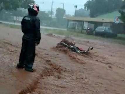 Enxurrada derruba motociclista e toma conta de rua no Nova Lima