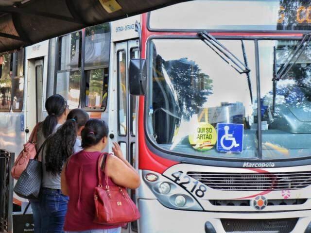 Usuários entram em veículo do transporte coletivo, cuja passagem volta a custar R$ 4,10. (Foto: Henrique Kawaminami)