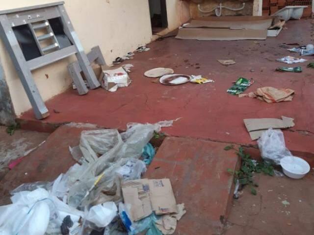 Sacos plásticos e restos de móveis deixados no local. (Foto: Direto das Ruas)