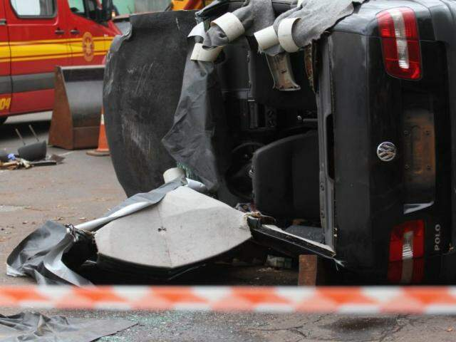Duas vítimas estavam no interior do carro e só puderam ser socorridas após vazamento parar. (Foto: Marcos Maluf)