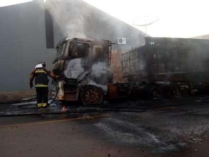 Polícia investiga incêndio que consumiu caminhão e deixou rua sem energia