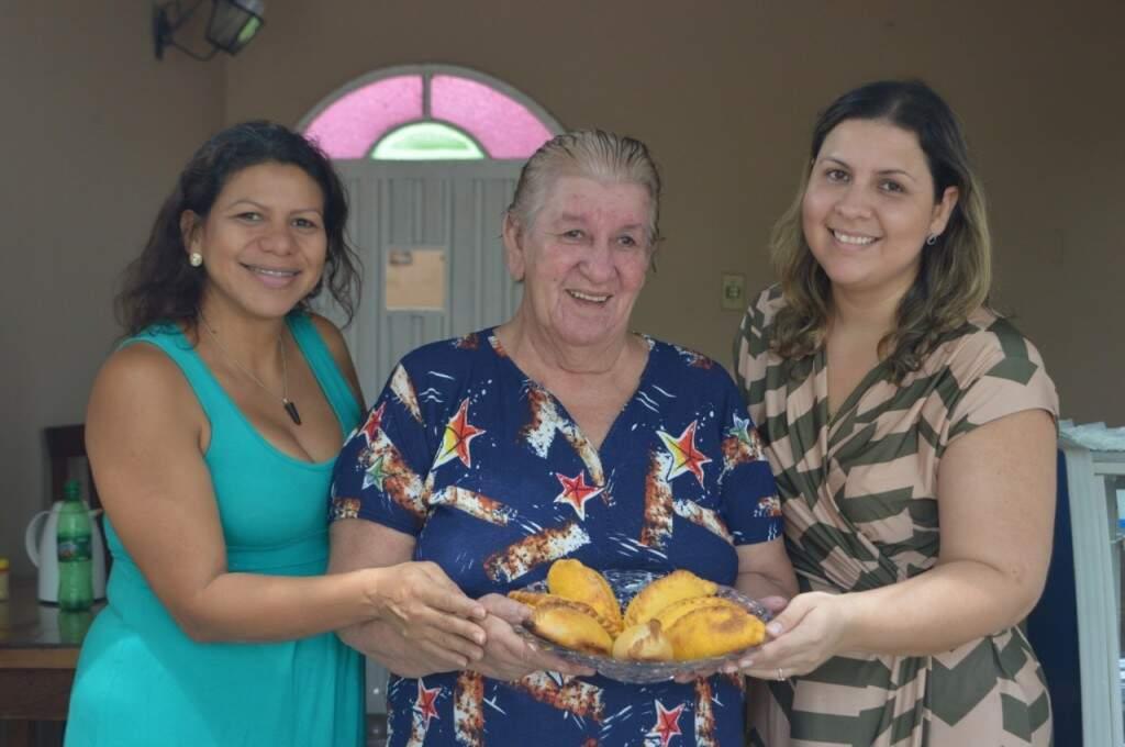 Doris e as duas filhas que agora produzem a receita de dona Sara. (Foto: Thailla Torres)