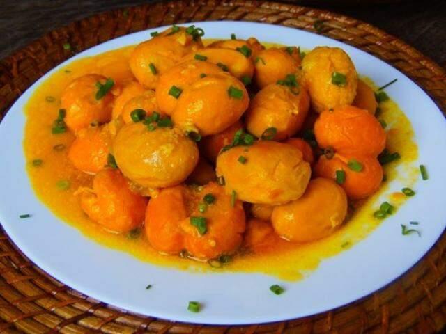 Pequi servido no prato com cebolinha para ser saboreado  (Foto: Divulgação/Agecom)