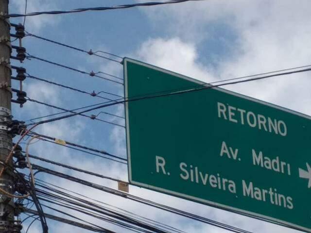 """Placa de """"retorno"""" está próxima de fiação na Avenida Júlio de Castilho. (Foto: Direto das Ruas)"""