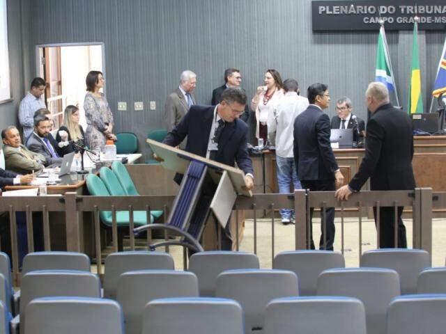 Movimentação no plenário do Tribunal do Júri para audiência.
